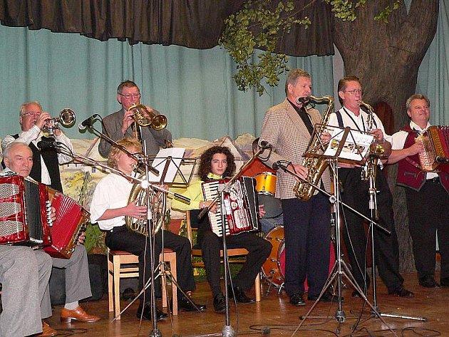 Dočasná kapela  slavila na kájovském setkání heligonkářů velký úspěch.