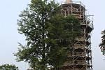 Střechu věže Jakobínka ozdobila plechová makovice s poselstvím pro příští generace.