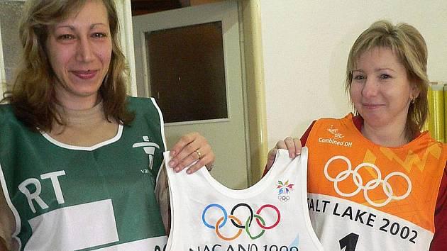 Švadleny Iryna Banachevičová (vlevo) a Martina Viktorínová ukazují některé ze startovních čísel pro sportovce, která velešínská dílna šila už pro nejednu zimní olympiádu. Zelená vesta je určena pro někoho z organizátorů her ve Vancouveru.