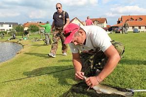 Rybářské závody v Holubově mají vždy velikou účast rybářů.
