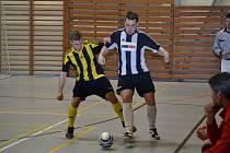 Doma Bombarďáci s Poličkou padli 0:1 (vlevo autor druhého gólu z odvety Jan Sláma), ve Vyškově mistra dokonce obrali, ale pak prohráli klíčový duel s domácím Amorem.