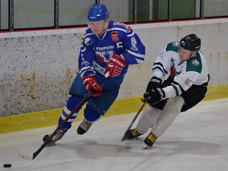 Krajská liga - 19. kolo: HC Slavoj Český Krumlov (bílé dresy) - HC Vimperk 5:3 (0:1, 2:2, 3:0).