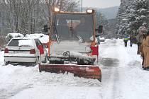 Po nočním sněžení nastoupily v sobotu úklidové čety.