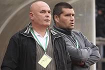 Trenér Lubomír Pintér (vlevo, na snímku s asistentem Zdeňkem Švábem) byl po prvním testu divizního nováčka pochopitelně spokojen.
