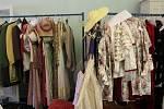 Kostýmy v českokrumlovské kostymérně už jsou připravené.