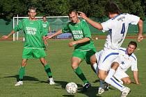 Kuriózním způsobem skončil zápas pro Rudolfa Weinharda (u míče při minulém domácím zápase s celkem Vodňan, vlevo další ze strůjců vysokého vítězství Martin Špát).
