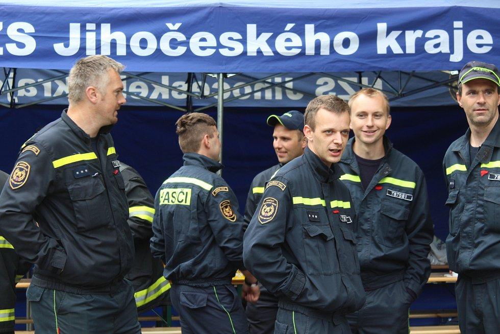 Krajskou soutěž ve vyprošťování raněných z auta pořádal tentokrát Český Krumlov.