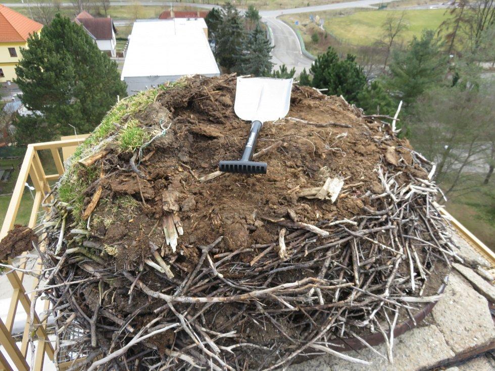 V Kájově vyčistili čápům hnízdo. Už se mohou vrátit.