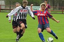 Nešťastně skončilo utkání pro zkušenou borovanskou Lucii Vyslužilovou (u míče atakovaná Markétou Bartoníčkovou, jež se naopak mohla radovat z pečetící třetí trefy).