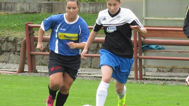 Na první branku utkání se čekalo téměř půl hodiny, ale pak Eliška Kováříková (vlevo v běžeckém souboji s hostující Natálií Říhovou) rozjela brankostroj kaplických fotbalistek, který se tentokrát zastavil na čísle pět.