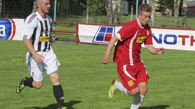 V utkání s Osekem si fotbalisté kaplického Spartaku vypili kalich hořkosti až do dna, když kromě bodů přišli i o vyloučeného střelce Ondřeje Svobodu (vlevo za oseckým Divišem).