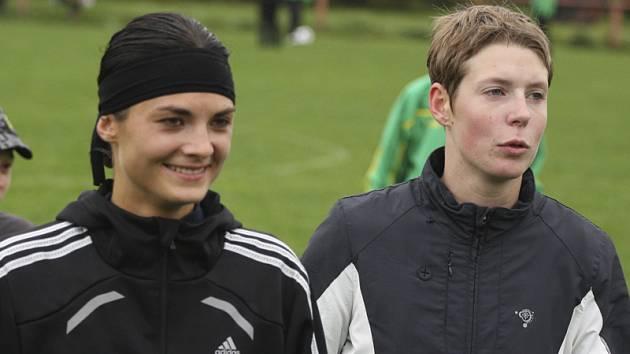 Tereza Koláčková (vlevo) dala první dvě branky a gólmanka Simona Vocedálková (vpravo) udržela čisté konto.