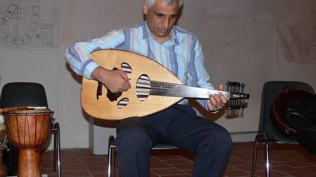Hráč na arabskou loutnu, flétnu a umělecký vedoucí syrsko-libanonské skupiny Ziriab Marwan Alsolaiman.