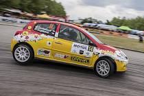Z řady domácích posádek týmu ČK motorsport udělaly velmi dobrý dojem i Martina Daňhelová s Karolínou Jugasovou se svým Renaultem Clio R3  (na snímku při průjezdu erzety na budějovickém výstavišti), které vybojovaly zlato v klasifikaci Dámského poháru.