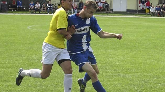 Vydařený start velešínského exúčastníka I.A třídy do nové sezony okořenil produktivní František Zimek (vpravo, v souboji s kaplickým Ondřejem Koubou), který se na demolici okresního rivala v derby podílel třemi brankami.
