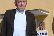 Zubčický rodák František Bicek před budovou stotřicetileté školy.