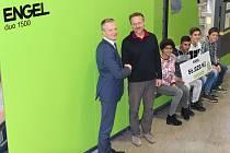 Šek na 56 020 korun předal ekonomický ředitel ENGELu Peter Jungwirth (vlevo) řediteli dětského domova Horní Planá Janu Urbanovi.