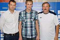 Jakub Lesňák byl oceněn Magazínem jihočeský fotbal jako druhý nejlepší kanonýr KP. Na snímku s gratulanty Antonínem Panenkou (vpravo) a Pavlem Kukou.