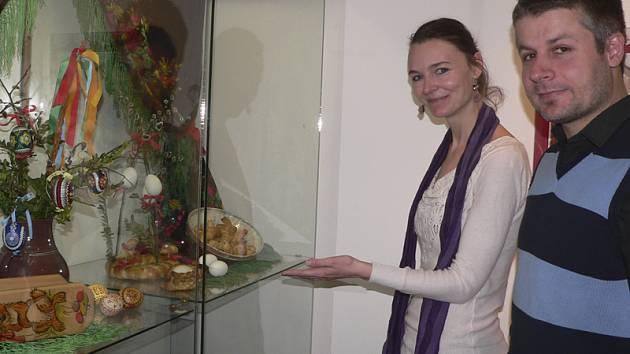 Zvyky a tradice Velikonoc je název současné výstavy v Regionálním muzeu v Č. Krumlově, kde poznáte lidové zvyky obyvatel Českokrumlovska i to, kde jsou tradice dodnes živé. Na snímku jsou etnografka Alice Glaserová a ředitel muzea Filip Lýsek.