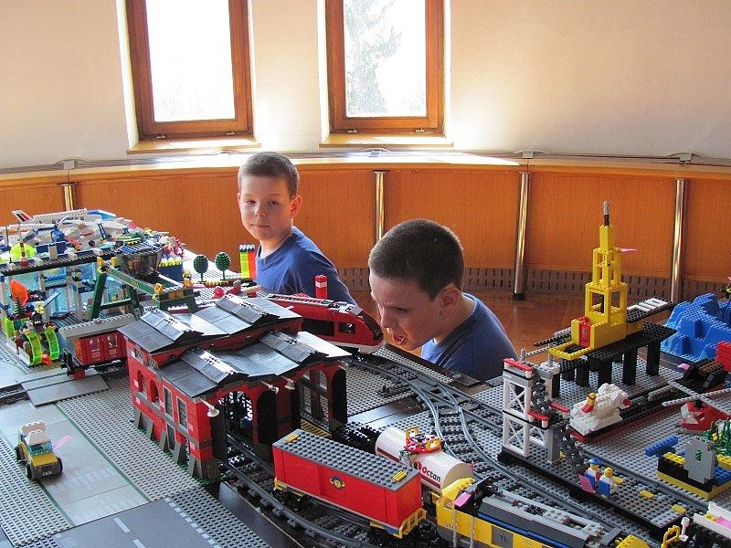 Ve druhé polovině týdne se sál radnice v Křemži proměnil v obrovské staveniště. Nepřijely ale jeřáby, ani bagry, to jen přes 30 dětí postavilo na ploše 12 metrů čtverečních za pouhé tři dny celé město ze stavebnice Lego.