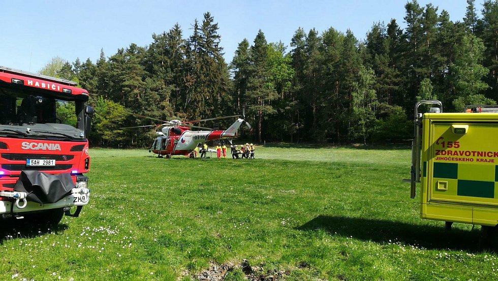 Srážka osobních vlaků u Mříče na Českokrumlovsku si vyžádala zásah záchranářského vrtulníku.