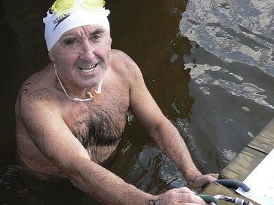 Ne každý plavec je schopen se s těžkými podmínkami vyrovnat.