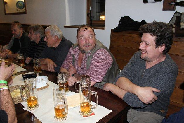 Českokrumlovští rybáři se sešli na dolovné ve své restauraci na Ostrově v Českém Krumlově.
