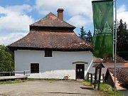 Středověká bašta na Olšině je nejen historickou památkou, ale i expozicí rybářství a přírody vůbec.