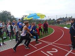 Školáci uběhli přesně 42 195 metrů, vyšlo jim to na 281 koleček a 45 metrů na školním hřišti.