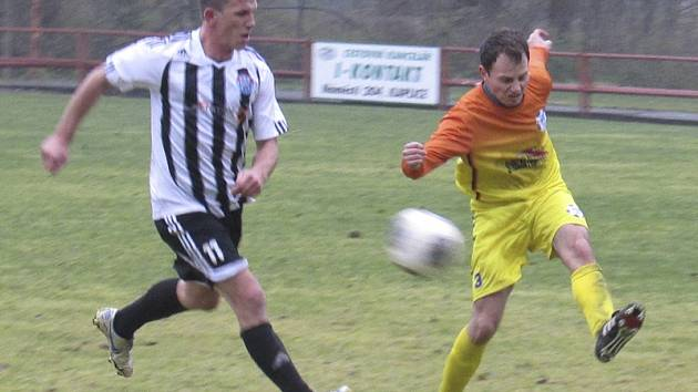 Výborný zápas v dresu vítězů odehrál kaplický útočník Lukáš Pulec (vlevo napadající rozehrávku borovanského Němce), jenž si připsal dvě gólové asistence a zařídil pokutový kop, z něhož Ondřej Svoboda zkompletoval hattrick.