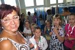 III.B s učitelkou Naděždou Šímovou při rozdělování šatních skříněk.