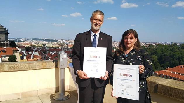 Ocenění převzali Alena Nováková a starosta Josef Troup osobně v Hrzánském paláci.