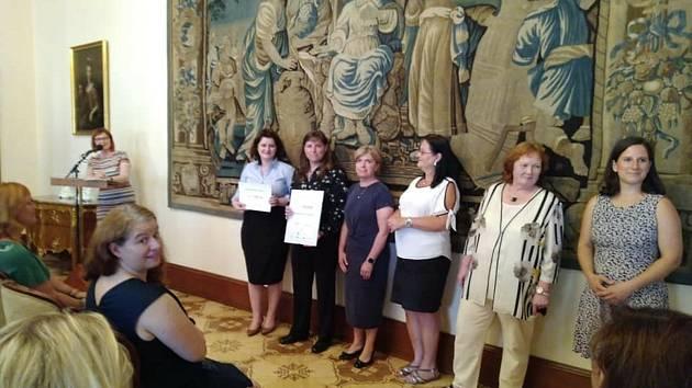 Slavnostní ocenění zástupců Křemže při vyhlášení soutěže v roce 2019 v Hrzánském paláci.