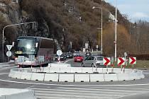 Kruhový objezd u Porákova mostu.