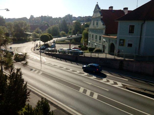 Křižovatka u Porákova Mostu. Od středy do neděle se tu bude jezdit kvůli stavebním úpravám v omezeném režimu.