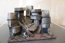 Výstava Joan Brehms: scénograf/architekt/malíř je zahájena, k vidění je v krumlovských klášterech až do konce září.