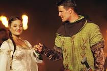 Zámecká zahrada se od včerejška prakticky večer co večer mění v Sherwoodský les, který opanoval Robin Hood. Stejně se totiž jmenuje představení, kterým Jihočeské divadlo otevírá novou sezonu na otáčivém hledišti v Českém Krumlově.