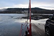 Převozníci v Horní Plané udržují i v mrazech volnou plavební dráhu, i když zbytek přehrady už pokrývá led.