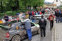 Na své si při Rallye Český Krumlov přijdou fandové rychlých závodních vozů v řadě míst našeho regionu. Tradiční sobotní dopolední přeskupení závodníků dle aktuálních průběžných výsledků se opět uskuteční v Kaplici (na snímku z loňského 43. ročníku).