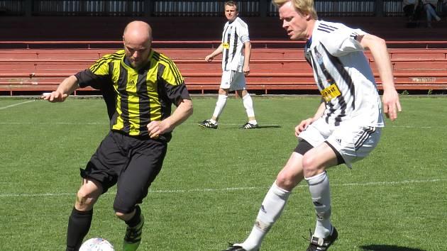 Okresní soutěž – 13. kolo: FK Spartak Kaplice B (bíločerné dresy) – SK Holubov 5:1 (1:1).