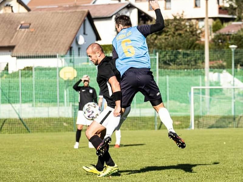 Fotbalisté Dolního Dvořiště (v černých dresech) doma deklasovali Sedlec 7:2. Foto: Adéla Bršťáková