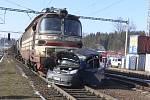 Srážka osobního auta s nákladním vlakem.
