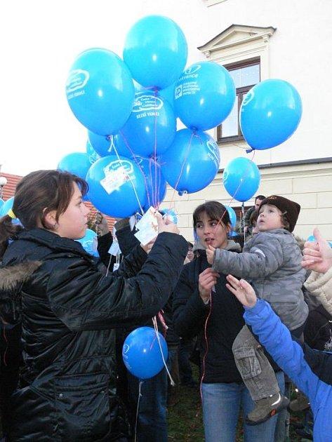 Své přání Ježíškovi společně s balónkem vypustil i tříletý Honzík Šrámek (na snímku v náručí maminky).