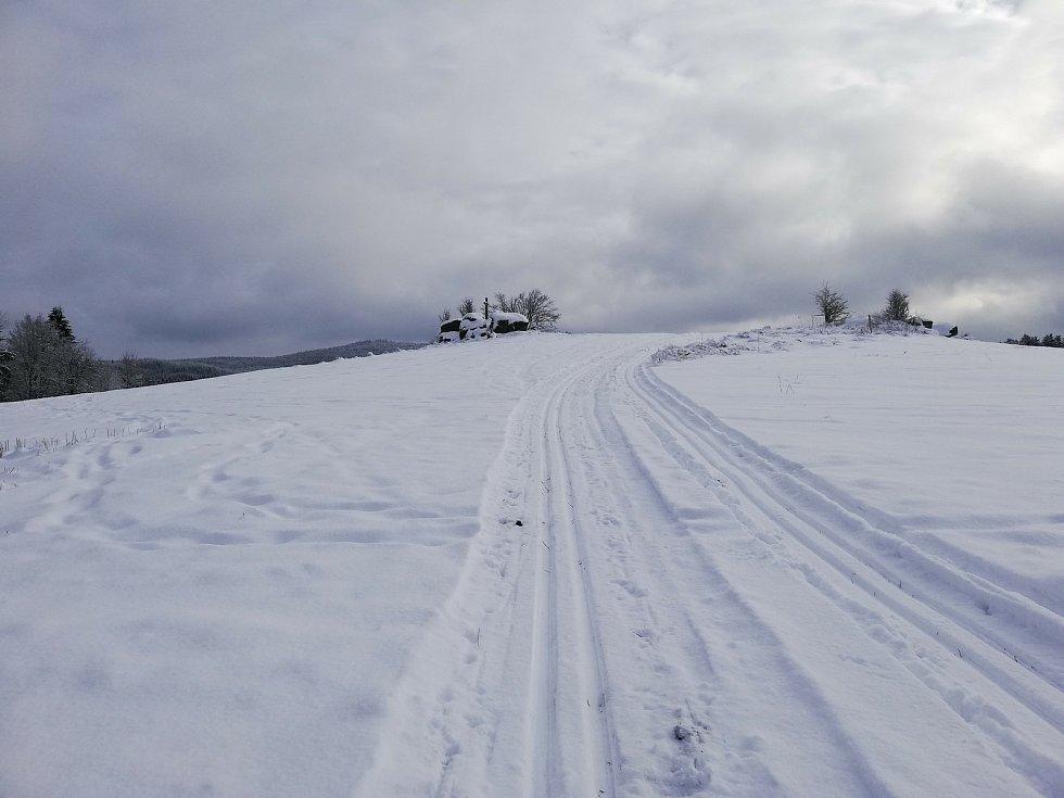Kdo se o víkendu vydal na běžky do okolí Pohoří na Šumavě, nelitoval.