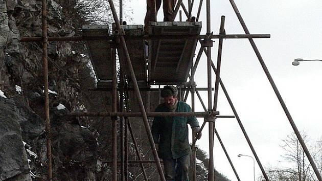 Přípravy na dozdění kamenné zídky nad křižovatkou u Porákova mostu v pátek pokračovaly.