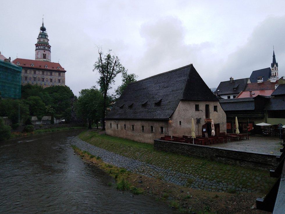 Vltava v Českém Krumlově má běžný průtok.