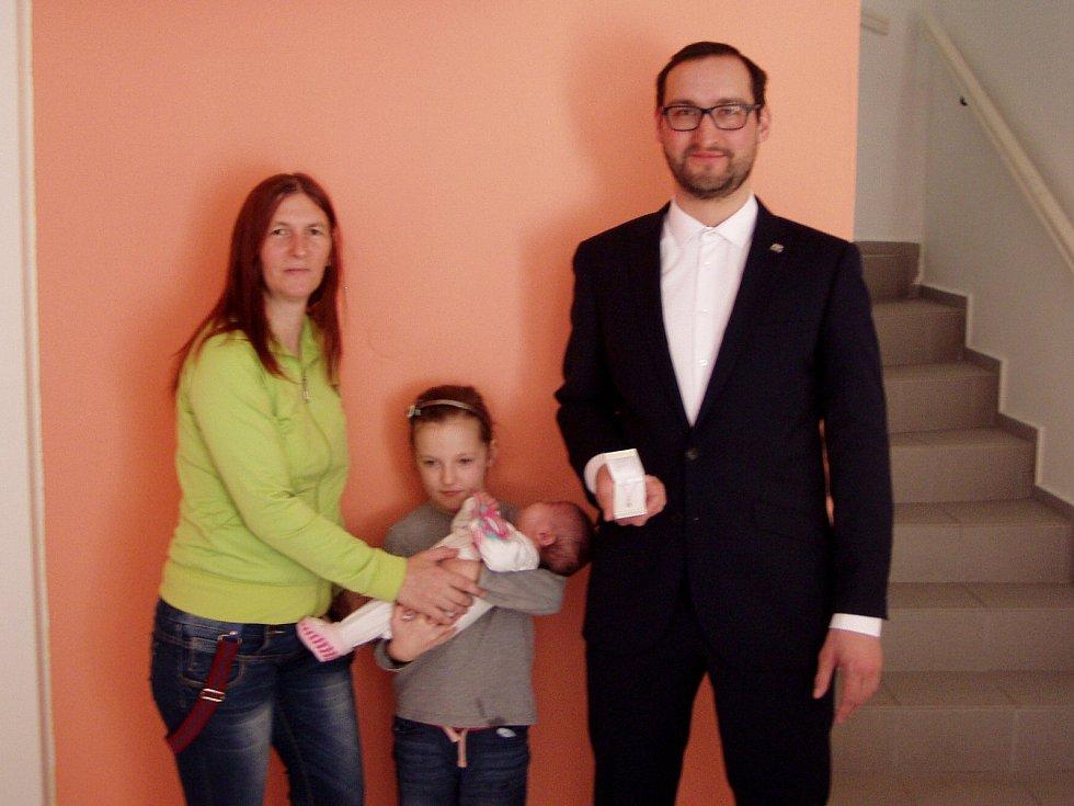 Eliška Velecká se svou sestrou, maminkou a starostou Velešína.