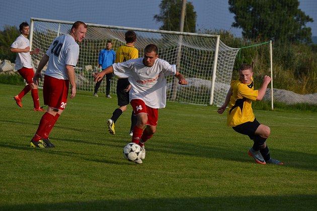 Křemežský střelec Radovan Kaprál (u míče, na snímku z domácího utkání s Přídolím) se v šesti zápasech trefil už osmkrát.