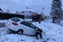 Na silnicích to na mokrém sněhu klouže. Velešínští hasiči v pátek ráno zasahovali u aut sjetých do příkopu.