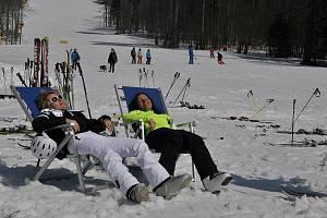 Na svazích můžete lyžovat nebo se slunit.
